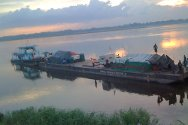 DR Congo. The ICRC-hired barge arrives in Dongo with its cargo of kitchen utensils, farming tools and seed.
