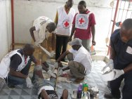 ICRC office in Guiglo, Côte d'Ivoire. A Red Cross team provides first aid to an injured fighter.