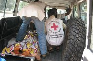 Duékoué. Red Cross personnel evacuate a casualty.