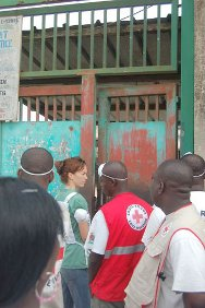 An ICRC delegate and a team from the National Society enter the Maison d'Arrêt et Correction in Abidjan.