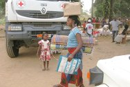 Kokoman, Duékoué, Côte d'Ivoire. A woman carries essential household items she has just collected from the ICRC.