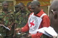 Nigeria. An ICRC field officer explains the basic rules of IHL to Nigerian Army personnel.