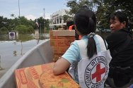 The ICRC delivering aid to Ayutthaya Provincial Prison. With the water almost four meters high, the only way to reach the prison was by boat.