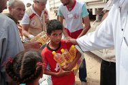Washka, 100 km west of Sirte, Libya. A child receives food during an ICRC/Libyan Red Crescent distribution operation.