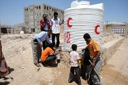 Azzan, Shabwa governorate, Yemen. ICRC engineers install 16 water tanks. Over 4,300 IDPs who had fled the nearby city of al-Hota because of armed clashes can now draw up to 89,000 litres of water per day.