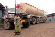 Goma. The ICRC trucks in water daily to the Don Bosco transit camp for children.
