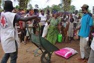Granpain, Bangolo Department (Man), Côte d'Ivoire. Côte d'Ivoire Red Cross volunteers distribute food to displaced persons.