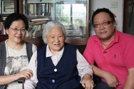 Nanjing, China. Director of 25 words Liu Shen (right) meets He Zeying and her daughter Liu Yida.
