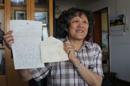 China. Ge Yunpei shows the letter written by her mother, He Yizhen to her sisters.
