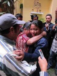 Juana, overwhelmed by emotion, embraces her parents for the first time in 25 years.