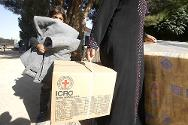 Syrian refugees receive aid from the ICRC.