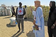 Heldokhnan, Tombouctou region, Mali. ICRC personnel prepare to distribute food to displaced civilians.