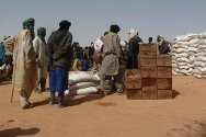 Tiguizéfa, Abala commune, Tillabéry, Niger. Staff distribute food to Malian refugees.