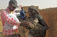 Ménaka, Gao, Mali. A Red Cross volunteer looks after a displaced child.
