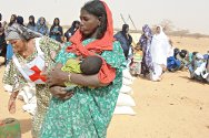 Addrass, 30 km from Ménaka, Gao, Mali. Red Cross personnel distribute food to displaced persons.
