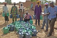 Banibangou, Tillabéry, Niger. With support from the ICRC, market gardeners receive seed and equipment to help them step up their production.
