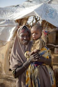 Somalia, Puntland, Garowe camp. Portrait of a woman and her child in a camp for the internally displaced. Over a thousand families have arrived in Garowe from Mogadishu over the last months.