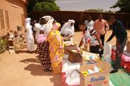 Niamey, Niger. Malian refugees collect food and other essentials during a joint ICRC/Niger Red Cross distribution operation.