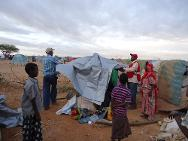 Beletweyn. A joint ICRC/Somali Red Crescent team of 40 volunteers and staff provided tarpaulins and essential household items immediately after the floods that took place there in 2012.