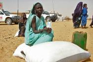 Northern Mali, Gao region. The ICRC distributes food to displaced people who have fled the fighting.