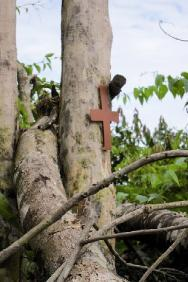 A roadside cross in a rural area of Guaviare. Civilians must be spared and protected in all circumstances, as stipulated under international humanitarian law.