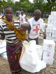 Kipia, province of Katanga, in the Malemba-Nkulu territory. A beneficiary receives her kit from DRC Red Cross volunteers.