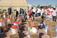 Bardarash. Refugees help ICRC staff organize basic hygiene and household items for distribution to 763 people.