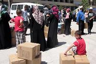 Together with the Jordan National Red Crescent Society, the ICRC distributes food parcels and hygiene items to Syrian refugees living in Irbid governorate in the north of Jordan.