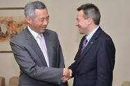 ICRC President Peter Mauer meets Prime Minister Lee Hsien Loong.