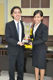 Eugene Ee (left) and Low Pou Leen (right) from University of Malaya emerge winners of Malaysia's 2012 IHL Moot Court competition.
