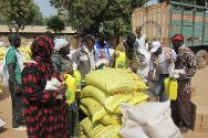 Distribution of food to people forced to flee from Diabali (Mopti area).