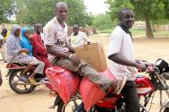 Diffa Commune. A beneficiary takes a motorcycle taxi to transport the aid he received.