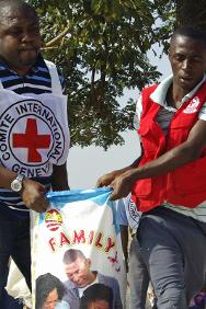 ICRC and NRCS staff distribute emergency supplies to people affected by violence.