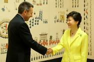 ICRC President Peter Maurer meeting with the President of the Republic of Korea, Park Geun-hye, in Seoul on 27 August.