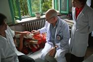 ICRC and hospital surgeons examine the fractured hand of a patient on the orthopaedic ward.