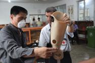 An ICRC ortho-prosthetist gives guidance to a colleague.