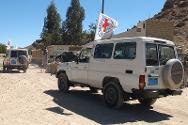 An ICRC convoy passes a checkpoint on the way to evacuate casualties from Dammaj.