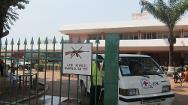 The ICRC has put in place a system of protection with guards at the entrance to Bangui Community Hospital to ensure the safety of the staff and patients, but also to keep any weapons from entering the premises.