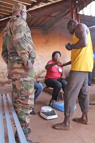 An ICRC delegate hands out scabies medication to an inmate.