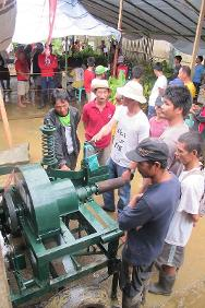 Farmers familiarize themselves with the mobile abaca stripping machine they received from the ICRC. The ICRC provided the machines to five barangays (villages) in Las Navas. They will increase productivity by reducing the time and effort needed to strip the abaca, and will improve the quality of the product.
