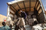 Minkamen. South Sudanese volunteers unload food supplies from an ICRC truck.