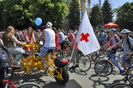 A Ukraine Red Cross bicycle ride to promote first-aid courses. The ICRC is providing support to the National Society.