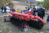 The ICRC hands over agricultural machinery.