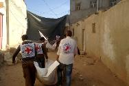 In Dammaj, the ICRC helped retrieve the mortal remains of five people who died in the fighting, and handed them over to their families and community representatives.