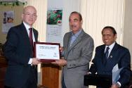 Mr Yves Daccord, ICRC Director General (left), presents a memento on the 150th anniversary of the ICRC to Shri Gulam Nabi Azad, Honourable Minister of Health and Family Welfare and Chairman of the Indian Red Cross Society (centre). Also in the frame is Dr S.P. Agarwal, Secretary General, IRCS