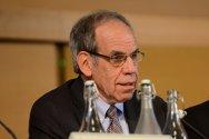 El profesor Len Rubenstein recomienda que los gobiernos adopten medidas para encarar los peligros que afronta la asistencia de salud.