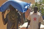 Gao, norte de Malí. Una persona desplazada recibe una bolsa de mijo.