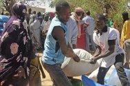 Gao, norte de Malí. El CICR y la Cruz Roja Maliense entregan alimentos a una familia desplazada.