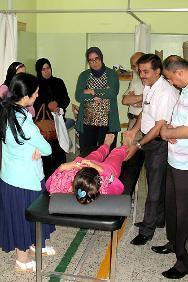 El personal aprende a evaluar las necesidades de una persona que necesita un dispositivo ortopédico.