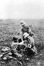 Foto, Médicos militares alemanes prestan primeros auxilios en la línea de frente durante la Primera Guerra Mundial.
